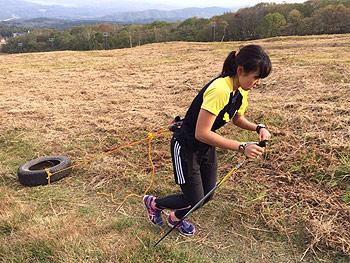 [写真]タイヤを引く阿部友里香