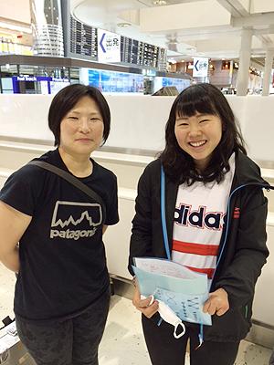 [写真]大和田コーチと阿部友里香、盛岡南高OGです
