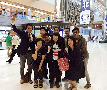 [写真]成田空港で出発前の選手・監督たち