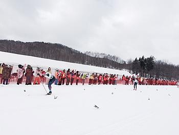 [写真]寒い中、応援する観客の方たち