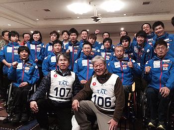 [写真]日本チームのメンバーと