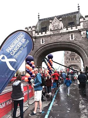 [写真]ロンドンマラソン、応援は風船が多い
