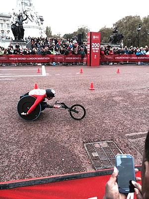 [写真]ロンドンマラソン、久保恒造選手ゴール200m手前