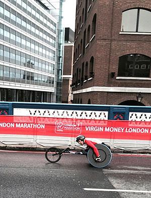 [写真]ロンドンマラソン、久保恒造選手20km過ぎ、パンクで遅れています