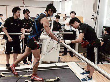 [写真]乳酸測定を行う新田佳浩選手