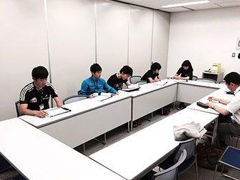 [写真]石毛先生からフィットネスチェックの説明