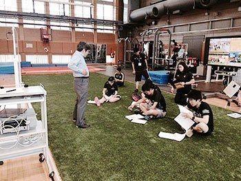 [写真]HPG(ハイパフォーマンス・ジム)でのトレーニング講習 説明を聞く選手たち