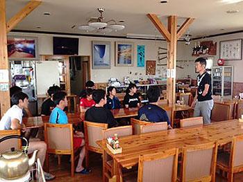 [写真]早稲田大学スキー部の学生に話す新田選手