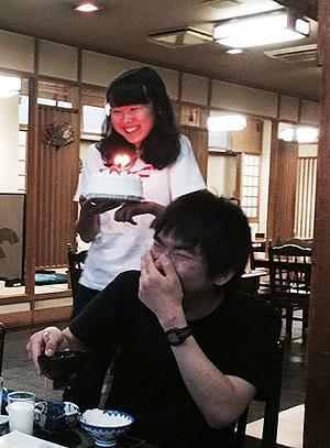 [写真]バースデーケーキを持つ阿部友里香選手