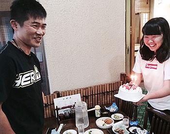 [写真]バースデーケーキを前にした新田佳浩選手