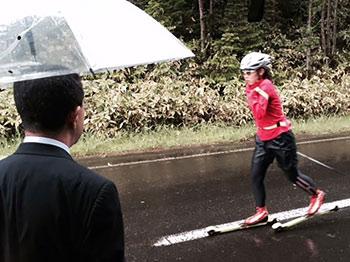 [写真]トレーニング中の阿部友里香選手と石川常務