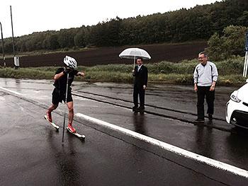 [写真]ローラースキートレーニング中の新田佳浩選手
