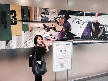 [写真]宮嶋記者 久保選手のパネルの前で
