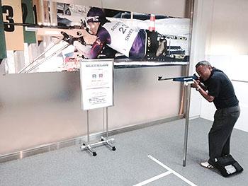 [写真]バイアスロンの銃をかまえる佐藤志郎さん