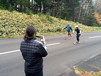 [写真]ローラースキートレーニング