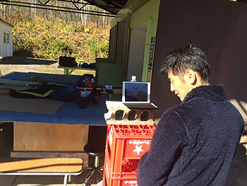 [写真]バイアスロントレーニングを撮影している網走市スポーツ課の方