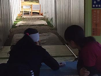 [写真]沼田貴美コーチからバイアスロン射撃の指導を受ける阿部友里香選手