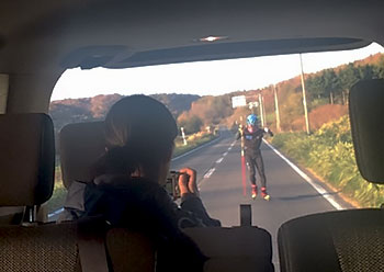 [写真]ローラースキートレーニングをビデオ撮影する