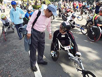 [写真]小野名誉相談から激励を受ける長田選手