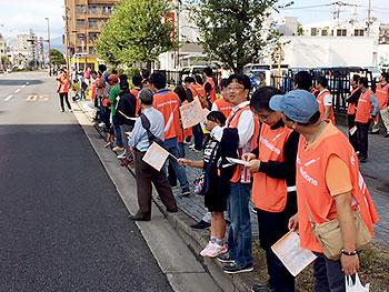 [写真]沿道から応援する日立ソリューションズ応援団