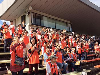 [写真]スタンドで応援する日立ソリューションズ応援団