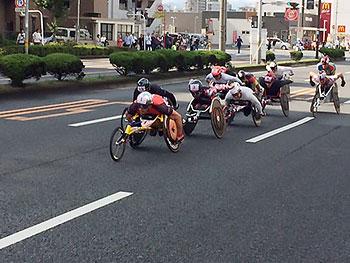[写真]大分国際車いすマラソン大会の先頭集団、久保選手は後方の白いユニホーム