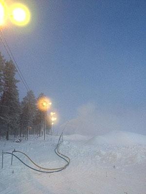 [写真]雪を降らせている人工降雪機