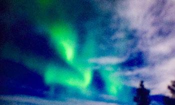 [写真]カメラファインダーに写るオーロラ