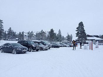 [写真]スキーヤーの車