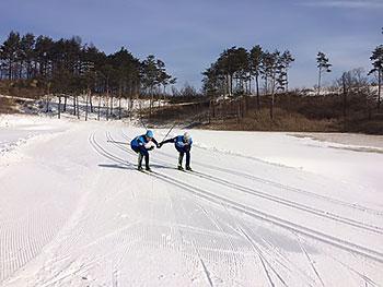 [写真]ワックステスト。二人で並んで滑って測定する