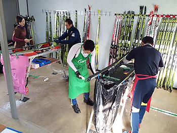 [写真]スキー板のワックス作業
