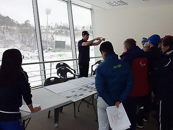 [写真]パラリンピックコースの説明をするIPCのレンさん