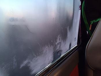 [写真]マイクロバス車内の曇ったガラス