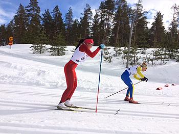 [写真]優勝者オクレサンドラと競り合う阿部友里香