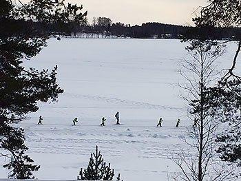 [写真]湖のクロカンコースを歩く小学生