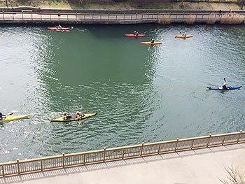 [写真]カヌーで賑わっている小名木川