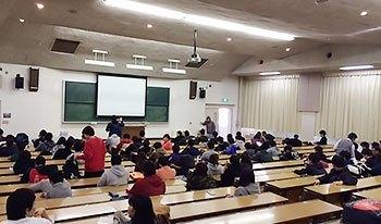 [写真]札幌大学「パラリンピック概論」がひらかれる教室