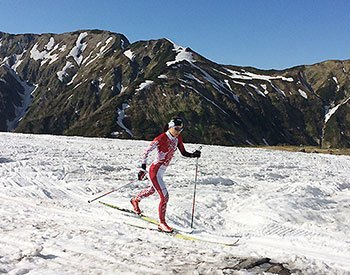 [写真]スキートレーニングする小林由貴選手