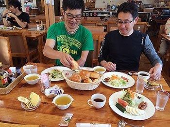 [写真]朝食をとる新田選手と長濱コーチ