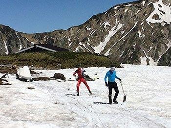 [写真]スコップで雪入れするコーチ