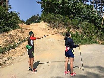 [写真]ピョンチャンパラリンピックのスキーコースを探索する新田選手と阿部選手
