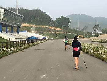 [写真]ピョンチャンパラリンピックコースのゴール前の確認をする新田、阿部選手