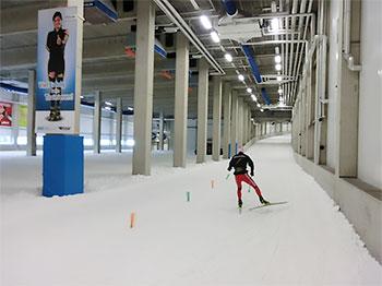 [写真]室内クロスカントリーコースで雪上トレーニングする新田佳浩