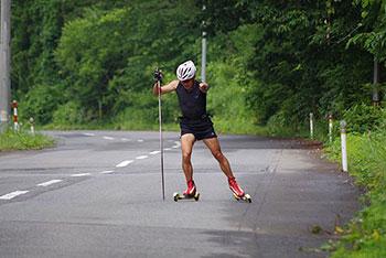 [写真]ローラースキーでSK走法で走る新田佳浩選手