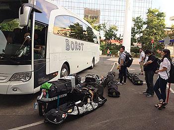 [写真]移動用バスとスキー用具