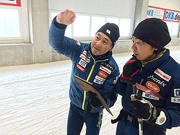 [写真]出来島桃子選手にアドバイスする長濱コーチ