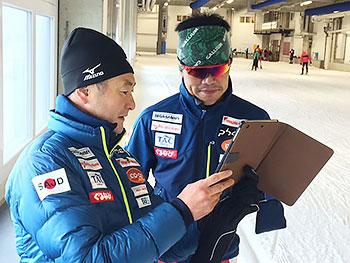 [写真]新田佳浩選手に説明する長濱コーチ