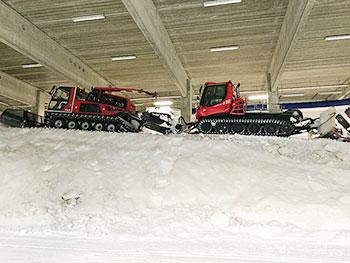 [写真]雪の上の圧雪車