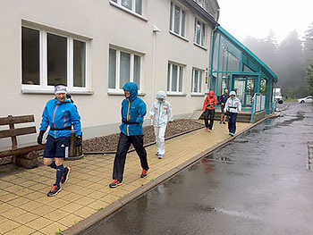 [写真]山間走へ向かう選手とコーチ