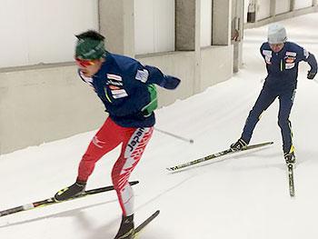 [写真]スキートレーニングする新田佳浩選手と佐藤勇治コーチ